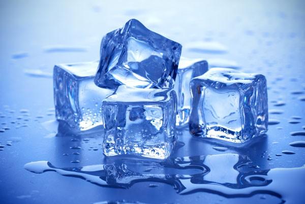 Đá lạnh giúp trị mụn đầu đen hiệu quả
